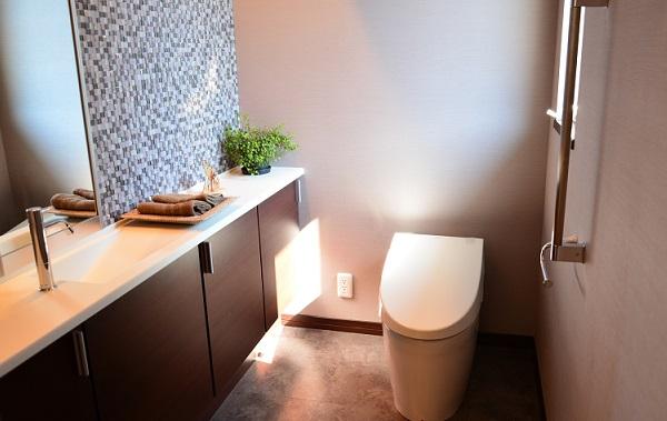 おしゃれに見えるトイレの収納を考える。スマートなトイレ空間のつくり方